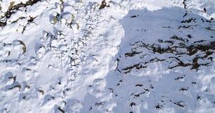 Vuelo de arriba aéreo que se mueve adelante sobre establisher nevoso del valle del canto de la montaña Naturaleza salvaje alpina  almacen de metraje de vídeo