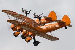 Vuelo de Breitling Wing Walkers Boeing Stearman Biplanes en la formación imagenes de archivo