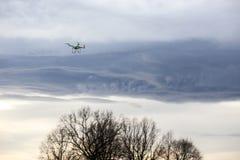 Vuelo de Dron en mún tiempo Imagen de archivo libre de regalías