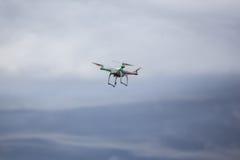 Vuelo de Dron en mún tiempo Fotos de archivo