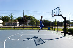 Vuelo de Dunker del baloncesto Imágenes de archivo libres de regalías