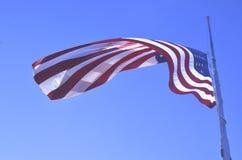 Vuelo de la bandera americana en el medio personal o el medio palo imágenes de archivo libres de regalías