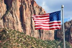 Vuelo de la bandera americana en Zion Park imágenes de archivo libres de regalías