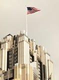 Bandera americana en rascacielos Fotos de archivo