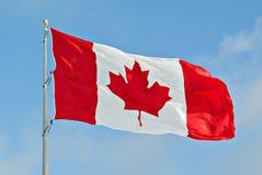 Vuelo de la bandera de Canadá en polo Imagenes de archivo