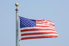 Vuelo de la bandera de los E.E.U.U. en el viento Fotos de archivo libres de regalías