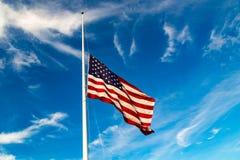 Vuelo de la bandera de los E.E.U.U. en la media asta Imágenes de archivo libres de regalías