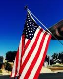 Vuelo de la bandera de los E.E.U.U. en vecindad Fotografía de archivo libre de regalías