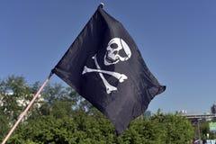 Vuelo de la bandera de pirata en el festival de la cultura joven fotografía de archivo libre de regalías