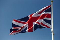 Vuelo de la bandera de Jack British de la unión de una asta de bandera Foto de archivo libre de regalías