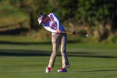 Vuelo de la bola de la huelga del oscilación de Bregman de la señora favorable golfista   Imágenes de archivo libres de regalías