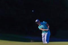 Vuelo de la bola de la muchacha del golf   Fotos de archivo