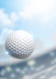 Vuelo de la bola a través del aire fotografía de archivo libre de regalías