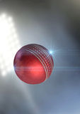 Vuelo de la bola a través del aire imagen de archivo