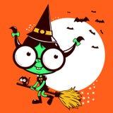 Vuelo de la bruja de Halloween con la escoba Imágenes de archivo libres de regalías