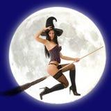 Vuelo de la bruja delante de la luna Imágenes de archivo libres de regalías