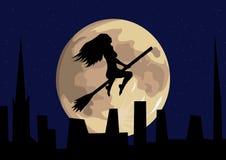 Vuelo de la bruja delante de la Luna Llena Imagen de archivo libre de regalías