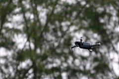 Vuelo de la cámara del abejón en el cielo mientras que el fondo de las selvas tropicales foto de archivo libre de regalías