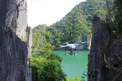 Vuelo de la cámara del abejón en la laguna verde Fotos de archivo