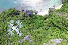 Vuelo de la cámara de los abejones en el cielo con vistas al mar Foto de archivo
