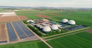 Vuelo de la cámara sobre la planta del biogás de la granja de cerdo Energía renovable de la biomasa Unión europea de la agricultu metrajes