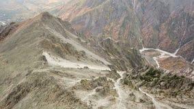 Vuelo de la cantidad del abejón de la visión superior sobre alto pico en parque de la reserva nacional almacen de video