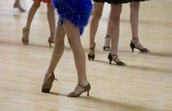 Vuelo de la danza del grupo Foto de archivo