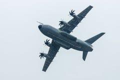 Vuelo de la demostración en el día lluvioso de los aviones militares Airbus A400M Atlas del transporte Foto de archivo libre de regalías