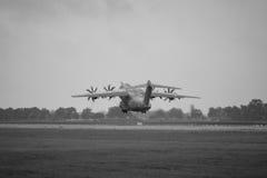 Vuelo de la demostración en el día lluvioso de los aviones militares Airbus A400M Atlas del transporte Imagen de archivo libre de regalías