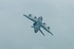 Vuelo de la demostración en el día lluvioso de los aviones militares Airbus A400M Atlas del transporte Fotos de archivo libres de regalías