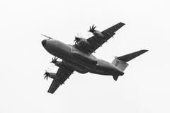 Vuelo de la demostración en el día lluvioso de los aviones militares Airbus A400M Atlas del transporte Imagenes de archivo