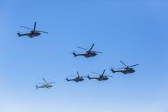 Vuelo de la formación militar de los helicópteros Fotos de archivo
