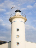 Vuelo de la gaviota en una torre del faro Fotografía de archivo libre de regalías