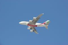 Vuelo de la línea aérea de los emiratos en el cielo azul brillante Fotografía de archivo libre de regalías