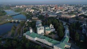 Vuelo de la mañana sobre el monasterio viejo de Spaso-Preobrazhensky Yaroslavl, Rusia metrajes