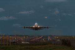 Vuelo de la madrugada del avión de pasajeros de Airbus A380 Foto de archivo libre de regalías