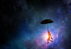 Vuelo de la mujer en el paraguas Técnicas mixtas Foto de archivo