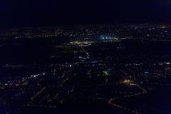 Vuelo de la noche sobre la ciudad de Bucarest imagenes de archivo