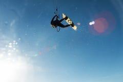 Vuelo de la persona que practica surf a través del cielo Fotografía de archivo libre de regalías