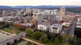 Vuelo de la visión aérea en la base urbana céntrica del PA de Harrisburg metrajes