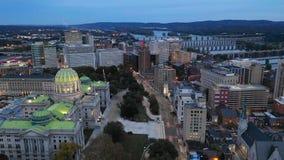 Vuelo de la visión aérea en la base urbana céntrica del PA de Harrisburg almacen de metraje de vídeo