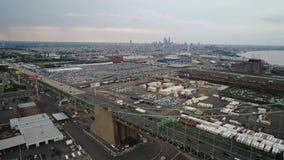Vuelo de la visión aérea hacia el horizonte de Philadelphia almacen de video