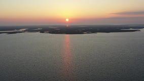 Vuelo de la visión aérea sobre bahía en salida del sol almacen de video