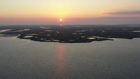 Vuelo de la visión aérea sobre bahía en salida del sol almacen de metraje de vídeo