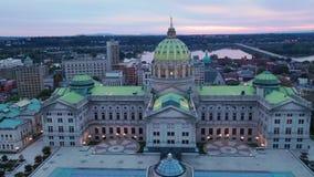 Vuelo de la visión aérea a través de la Capital del Estado del PA Pensyvania de Harrisburg de la fachada almacen de video