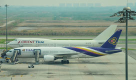 Vuelo de las líneas aéreas en el aeropuerto internacional de Suvarnabhumi Imagen de archivo