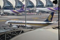 Vuelo de las líneas aéreas en el aeropuerto internacional de Suvarnabhumi Fotos de archivo