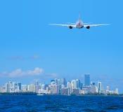 Vuelo de llegada plano del avión de pasajeros del avión de pasajeros en el aeropuerto internacional de Miami Imágenes de archivo libres de regalías