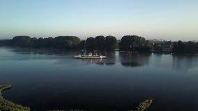 Vuelo de los abejones a lo largo del Elba con el transbordador almacen de video