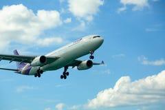Vuelo de los aviones de arriba fotos de archivo libres de regalías